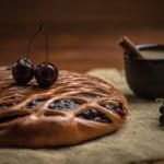 Пирог с вишней и чёрной смородиной