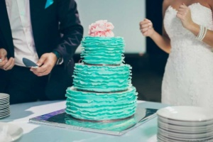 Многоярусный свадебный торт — варианты начинок и декора